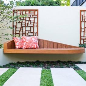 Подвесная скамейка в современном стиле