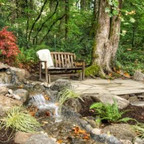Место для отдыха на даче возле водопада