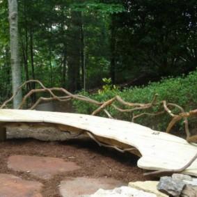 Садовая скамейка в природном стиле