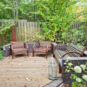 Уголок отдыха на даче с деревянным забором