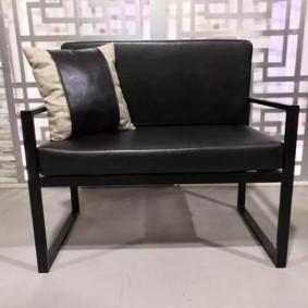 Черный диванчик на металлическом каркасе