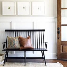 Декоративные подушки на скамье черного цвета