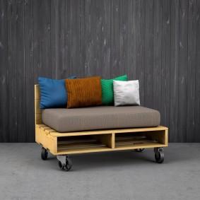 Самодельный диванчик из деревянных паллетов