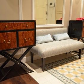 Небольшой диванчик с обивкой светлого цвета