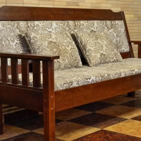 Деревянная скамья с мягкими подушками