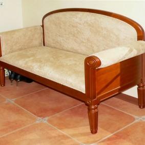 Деревянный диванчик с обивкой бежевого цвета