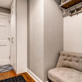 Маленький диванчик в нише стены прихожей