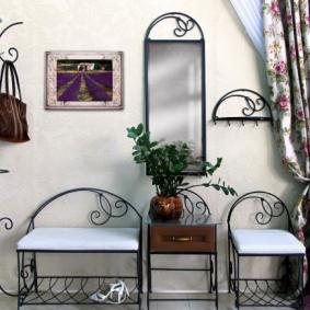 Кованная мебель в интерьере прихожей