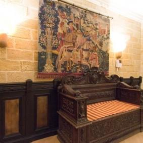 Деревянный диванчик с массивными подлокотниками