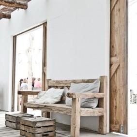 Деревянная скамья в прихожей частного дома