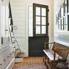 Диванчик-скамейка в коридоре загородного дома