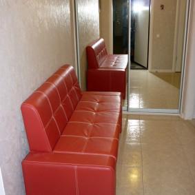 Красная обивка небольшого диванчика