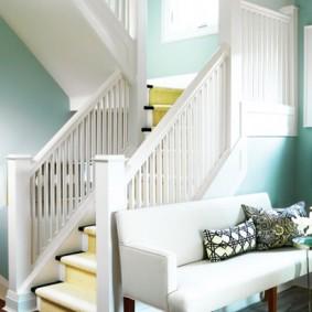 Белый диванчик в прихожей с лестницей
