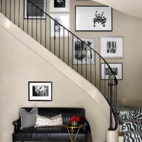 Черный диванчик под лестницей в доме