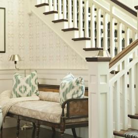 Светлая банкетка у лестницы из дерева