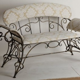 Кованная скамейка для прихожей в деревенском стиле