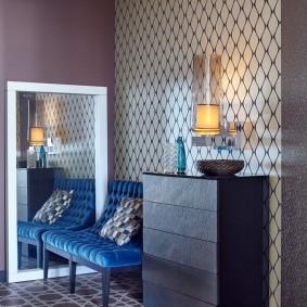 Напольное зеркало возле диванчика в коридоре