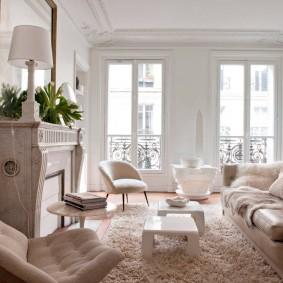 Светлая комната с декоративным камином