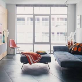 Серый пол в комнате с большим окном