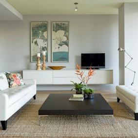 Белая мебель в комнате с несущей колонной