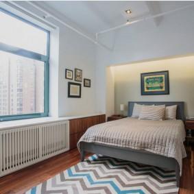 Яркий коврик на полу в спальне