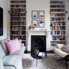 Встроенные полки с книгами до самого потолка комнаты