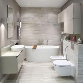 Просторная ванная комната в современном стиле