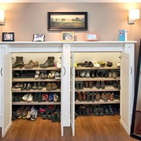 Встроенная обувница в стене прихожей комнаты