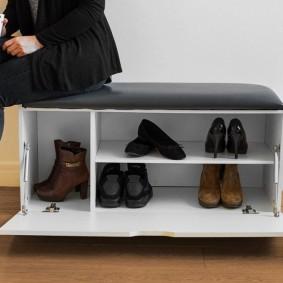 Белая обувница с мягким сидением черного цвета