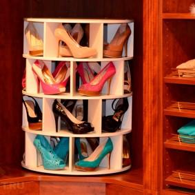 Обувница-карусель в угловом шкафу