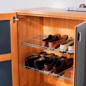 Металлические полки для обуви внутри тумбы