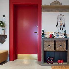 Красная дверь в интерьере прихожей