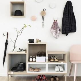 Открытая система хранения одежды и обуви в светлом коридоре