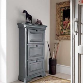 Деревянный шкафчик серого цвета