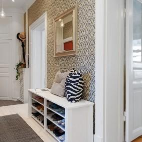 Белые двери в коридоре трехкомнатной квартиры