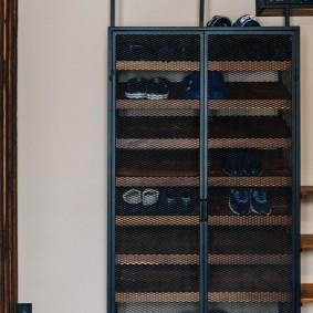 Сетчатые дверцы на стойке для обуви
