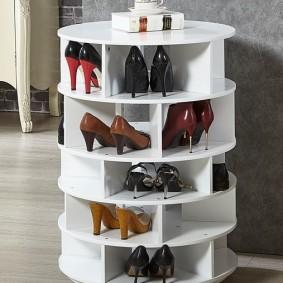 Круглая обувница с женской обувью