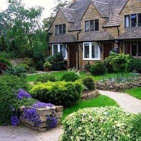 Фото загородного участка с двухэтажным домом