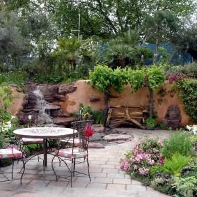 Круглый столик на площадке для отдыха
