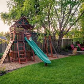 Детская площадка на загородном участке небольшой площади
