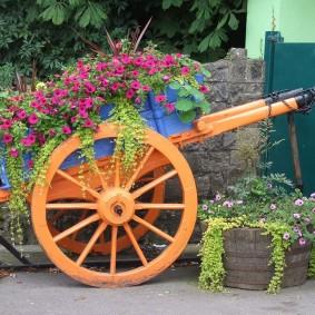 Деревянная телега в роли цветочной клумбы
