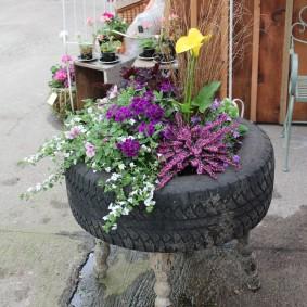 Вазон из покрышки для однолетних цветов