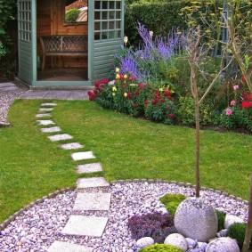 Шатровая беседка около забора в саду