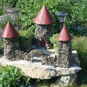 Замок из мелких камней на садовом участке