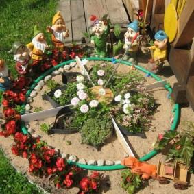 Садовые гномики вокруг самодельной клумбы