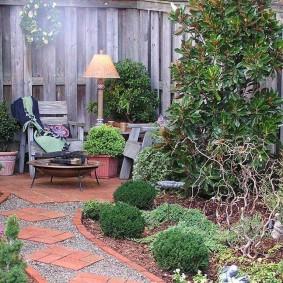 Дорожка из кирпича и гравия на садовом участке