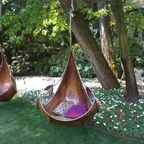 Подвесные кресла на ветках деревьев