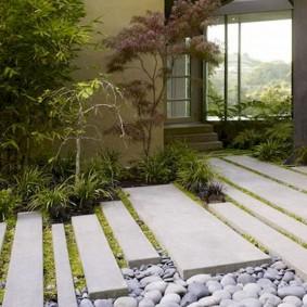 Узкие бетонные полоски на садовой дорожке