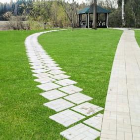 Разные дорожки из одинаковой бетонной плитки