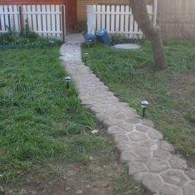Садовая тропинка из самодельной плитки